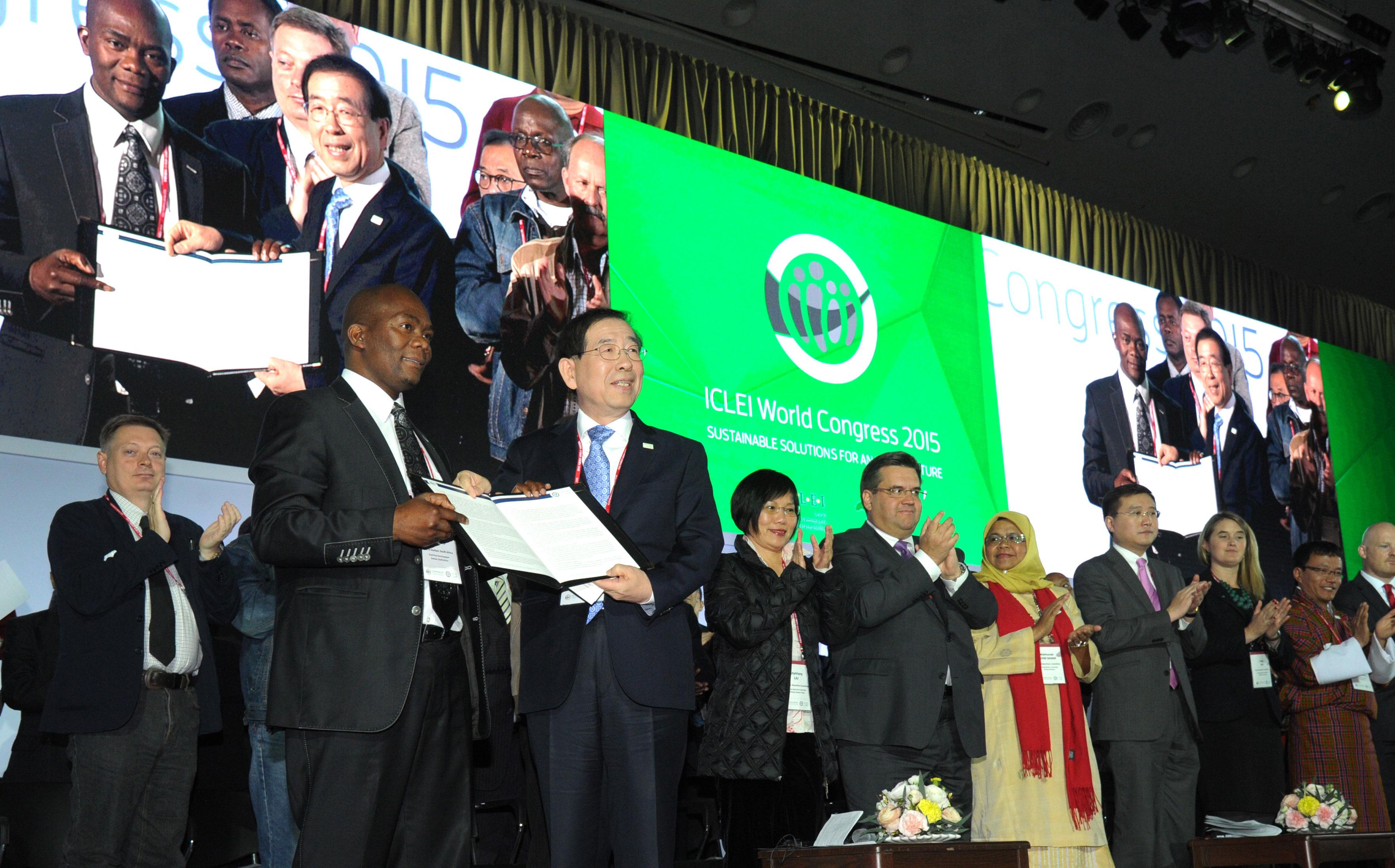 서울선언문-채택-전달-받은-박원순-ICLEI-회장-이어서-인사말씀-(2)