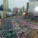 """在交叉路分不清的时候,请沿着""""粉红线""""行驶"""