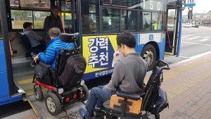 """为帮助使用轮椅的交通弱势群体,首尔市引进""""低底盘市内公交车""""乘坐前电话预约制度 newsletter"""