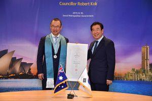 首尔市市长朴元淳为悉尼市议员郭耀文颁发荣誉市民证