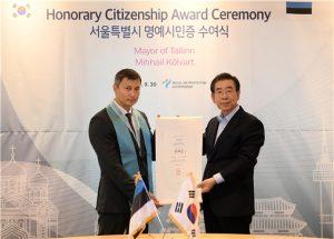 首尔市向爱沙尼亚塔林市市长颁发首尔市荣誉市民证