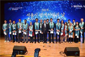 """首尔市授予18名外国人""""首尔市荣誉市民""""称号 newsletter"""