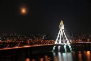 奥林匹克大桥上赏明月(Red full moon)